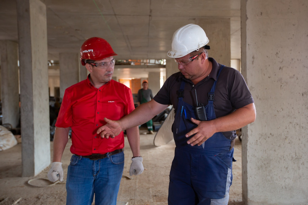 A commercial Gas Engineer talking to a site foreman about gas commissioning